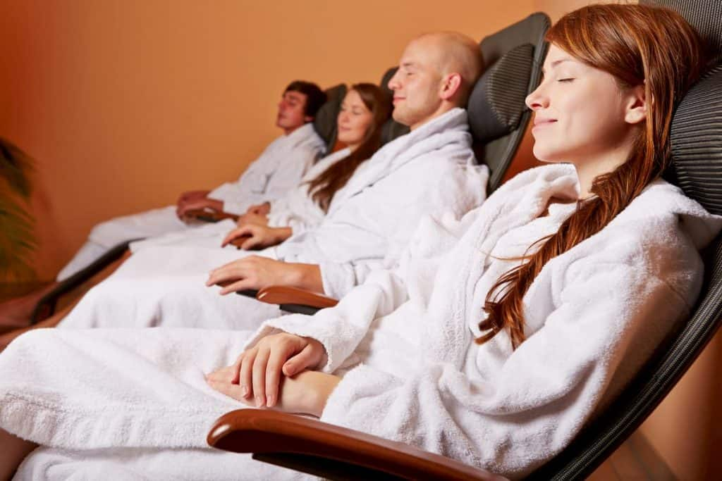 Women and men resting in a relaxation room - how much relaxation do you need per day